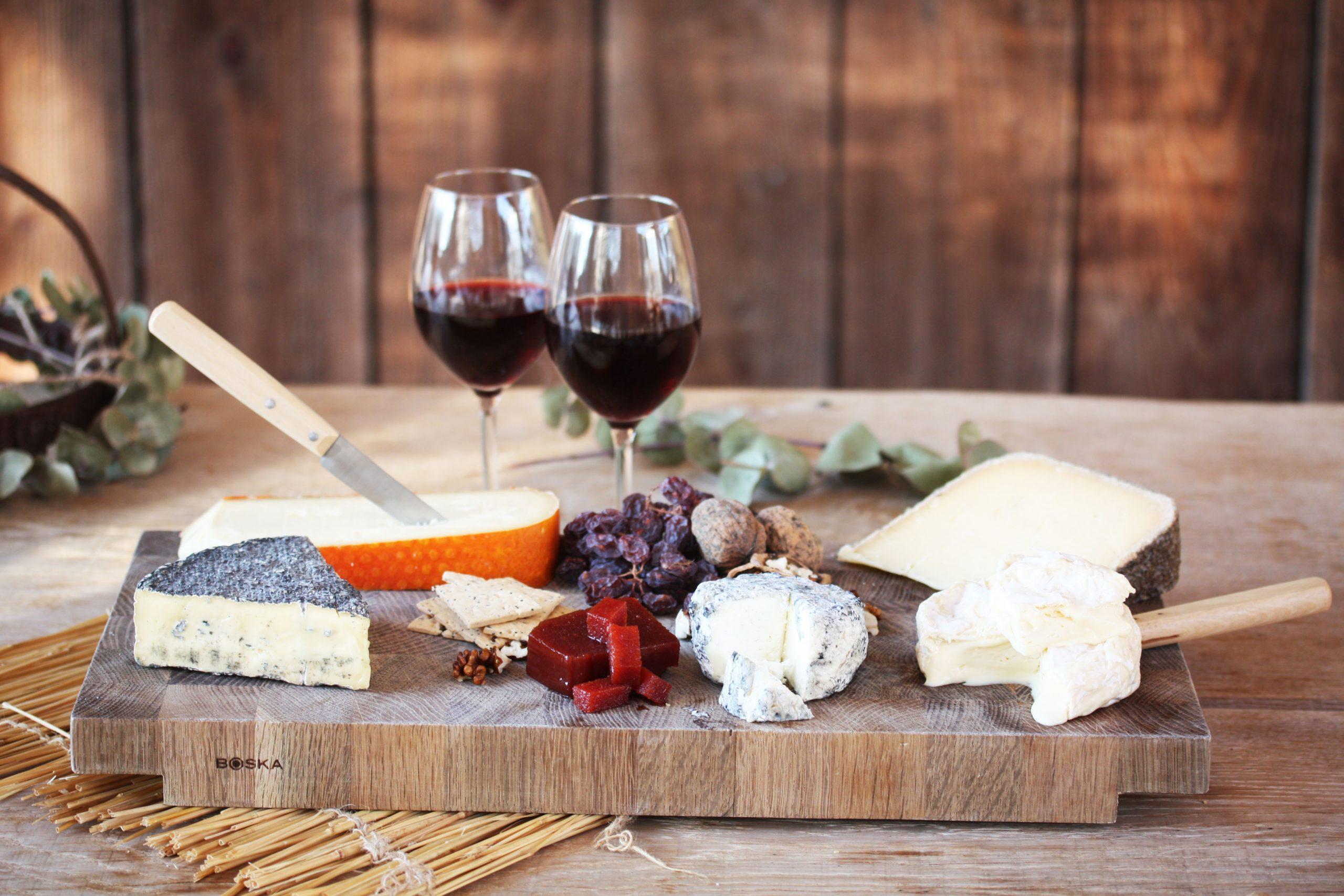 Borrel plank met lekkere rode wijn